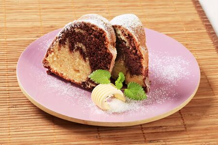icing sugar: Slices of marble cake sprinkled with icing sugar