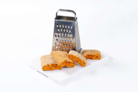 spice cake: Halved gingerbread biscuits and grater