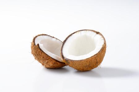 Verse kokosnoot in tweeën gesneden