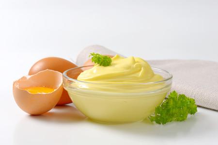 Bowl van zelfgemaakte mayonaise en verse eieren