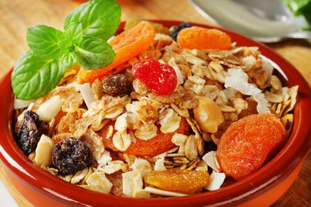 avena en hojuelas: Tazón de copos de avena seca con Vaus trozos de fruta y frutos secos