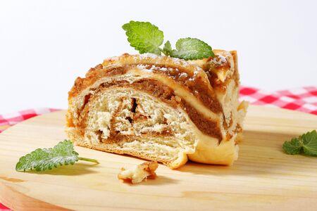 levadura: rebanada de pastel de levadura con relleno de nuez