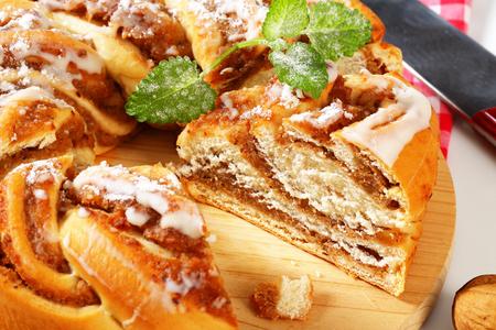 levadura: pastel de levadura trenzado con relleno de nuez