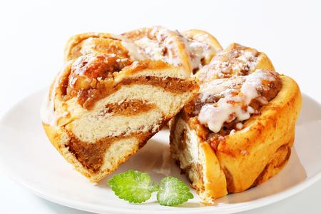 levadura: rebanadas de pastel de levadura con relleno de nuez Foto de archivo