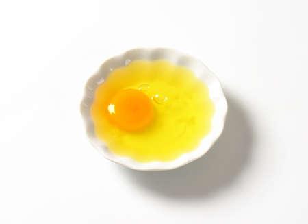 huevo blanco: clara de huevo fresco y yema de huevo en un tazón