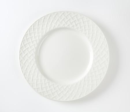 Blanc plaque de porcelaine avec motif en treillis sur la jante Banque d'images - 50029069