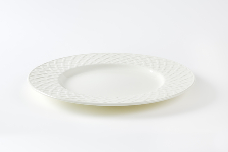 White porcelain plate with lattice pattern on the rim Zdjęcie Seryjne - 50029126