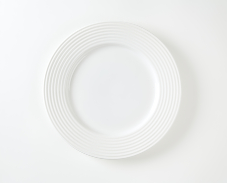White porcelain plate with embossed rings on the rim Standard-Bild