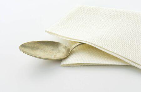 servilleta de papel: Cuchara de plata vieja en la servilleta blanca