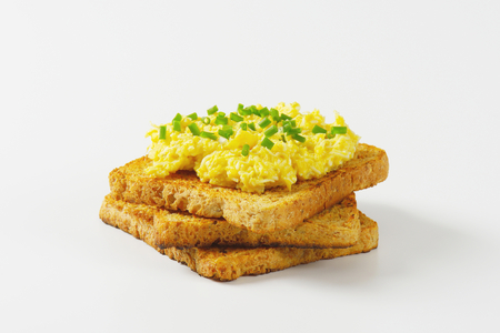 cebollin: huevos revueltos con cebollino picado sobre una tostada