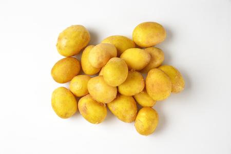 hoop van ongeschilde nieuwe aardappelen