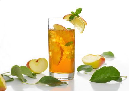 Glas frischen Apfelsaft mit Eis Standard-Bild