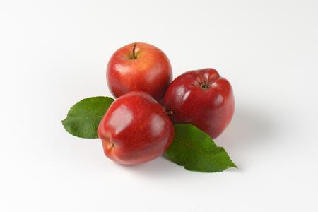 manzana roja: manzanas rojas con hojas sobre fondo blanco