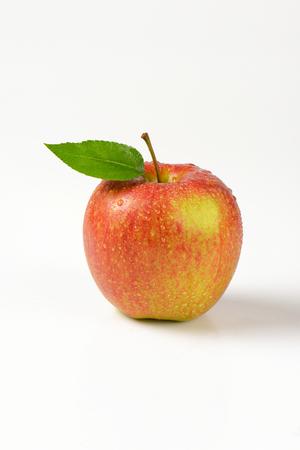 manzana roja: se lava la manzana roja sobre fondo blanco