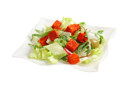 roquette: Fresh vegetable salad with diced paprika-coated cheese