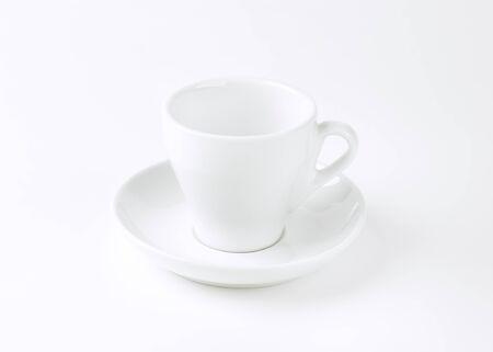 taza de café vacía y platillo Foto de archivo