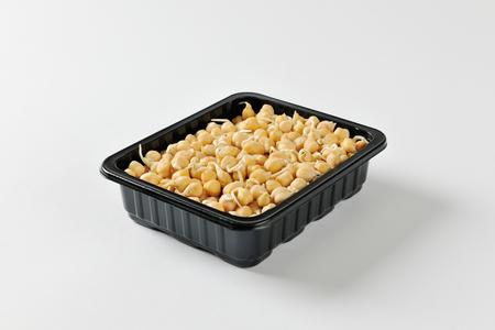 garbanzos: garbanzos germinados plástico negro contenedor de alimentos Foto de archivo