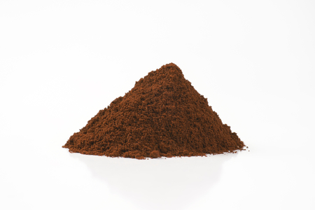 heap of freshly ground coffee on white background Imagens