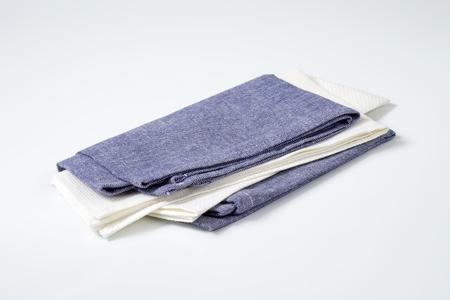 servilletas: dos servilletas de tela dobladas o manteles individuales