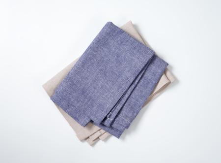 servilletas: dobladas servilletas azules y grises Foto de archivo