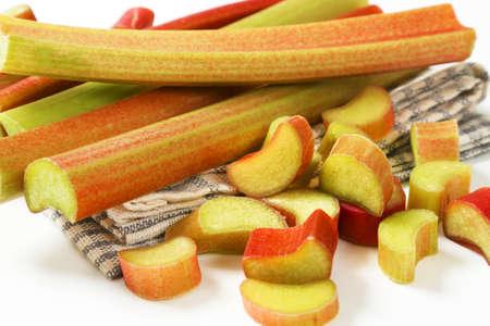 tige: rhubarbe fraîche vient sur le plat serviette