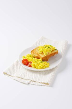 huevos revueltos: huevos revueltos con pan blanco tostado Foto de archivo