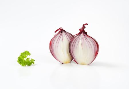 cebolla roja: dos mitades de cebolla roja Foto de archivo