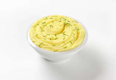 cebollines: plato de puré de patatas con cebollino picado