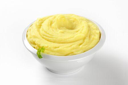 pure patatas: pur� de patatas en un recipiente blanco Foto de archivo
