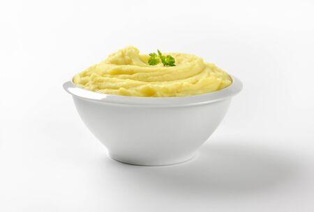 pure de papas: puré de patatas en un recipiente blanco Foto de archivo