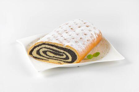 levadura: rollo de pan de levadura dulce lleno de pasta de semillas de amapola Foto de archivo