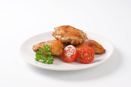 thighs: muslos de pollo asado en la placa Foto de archivo