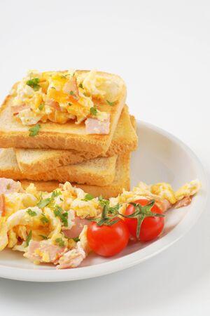 huevos revueltos: huevos de tostadas de pan blanco y revueltos con jam�n
