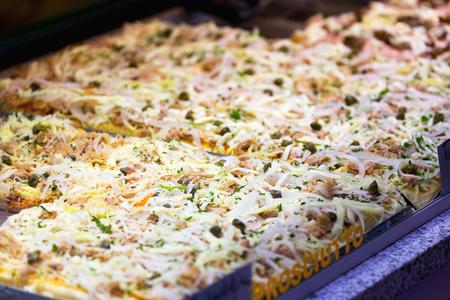 queso rallado: Focaccia pan cubierto con ensalada de atún y queso rallado Foto de archivo