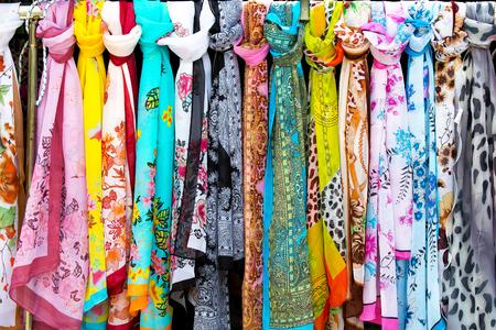 foulards: sciarpe colorate in un mercato Archivio Fotografico