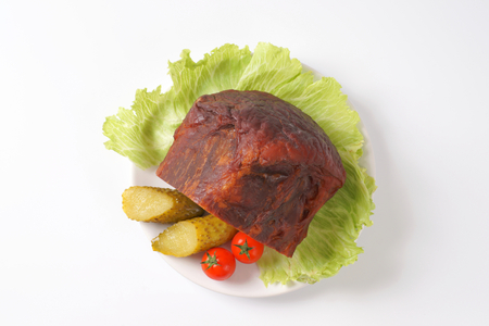 gherkins: Smoked pork meat with lettuce, tomatoes and gherkins on plate