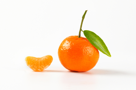 segmento: tangerine with separated segment on white background Foto de archivo