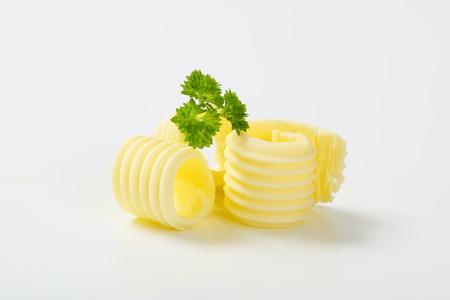 perejil: rizos de mantequilla con perejil en el fondo blanco Foto de archivo