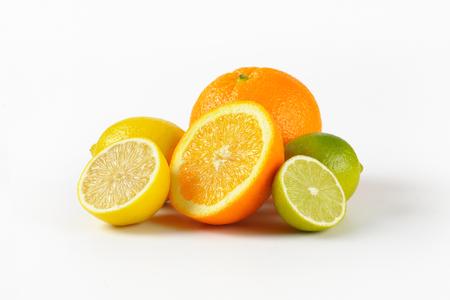 frische Zitrusfrüchte auf weißem Hintergrund Standard-Bild