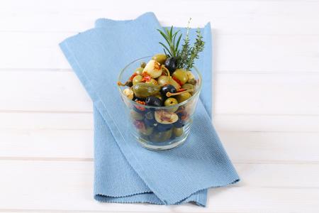Glas gebeizte Oliven, Kapern, Kapernbeeren und Knoblauch Standard-Bild - 77705826