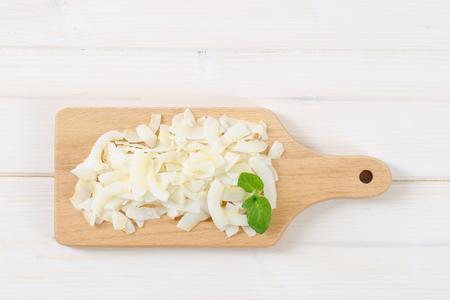 stapel kokosnoot chips op houten snijplank