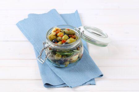 Glas gebeizte Oliven, Kapern, Kapernbeeren und Knoblauch Standard-Bild - 77706404