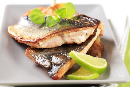 냄비 튀김 생선 필레와 야채 장식