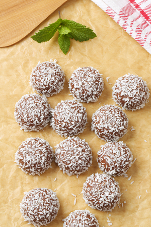 No-bake chocolate snowball cookies rolled in coconut Imagens