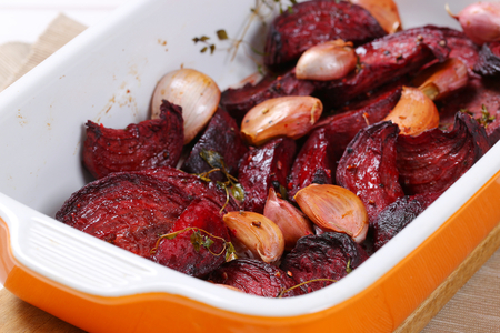 freshly baked beetroot with garlic in baking dish - close up Zdjęcie Seryjne