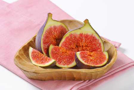 bowl of fresh sliced figs on pink napkin - close up Reklamní fotografie