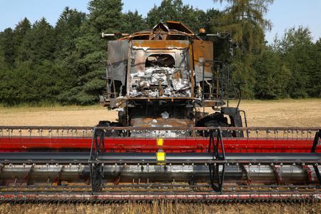 Uitgebrande maaidorser in veld - vooraanzicht Stockfoto