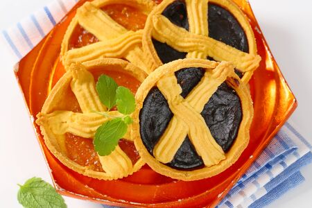 apricot and plum jam tarts on orange plate Reklamní fotografie