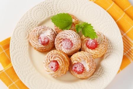 Tradiční sicilské mandlové sušenky obložené glace třešně a posypané práškovým cukrem