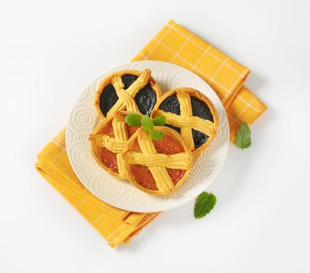 meruňková a slivková džemy na bílém talíři Reklamní fotografie